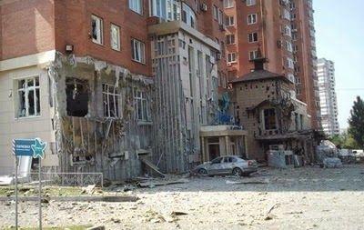 ΤΟ ΚΟΥΤΣΑΒΑΚΙ: Στο Donetsk βομβαρδίστηκε το κέντρο της πόλης Οι άνθρωποι εκαλούντο να εγκαταλείψουν τους δρόμους και να καταφύγουν σε ασφαλή μέρη. Στο Donetsk, στην περιοχή του κτιρίου του SBU ακούσθηκαν πυροβολισμοί από το πυροβολικό.  Αυτό αναφέρθηκε από την υπηρεσία Τύπου του Δημοτικού Συμβουλίου του Donetsk την Πέμπτη 7 Αυγούστου, ''Στην περιοχή του SBU έγινε βομβαρδισμός. Ως εκ τούτου ζητάμε από όλους να εγκαταλείψουν τους δρόμου και να καταφύγουν σε ασφαλή μέρη'' Είπαν σε μια…