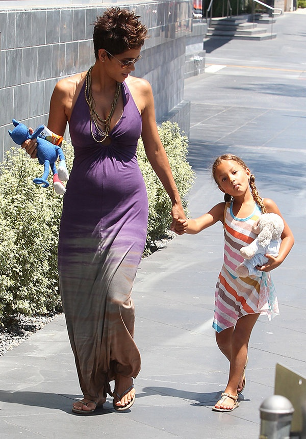 The Oscar-Winning Actress Halle Berry Steps Out On Mothers Day With Her 5-Year-Old -1033