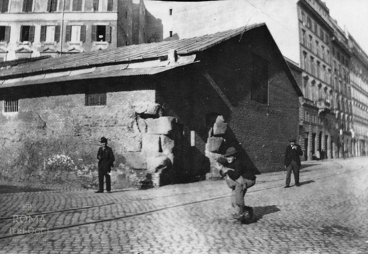 Largo Leopardi (1903)  Il cosiddetto Auditorium di Mecenate, alle spalle del fotografo Via Merulana. Immancabili le rotaie del tram...