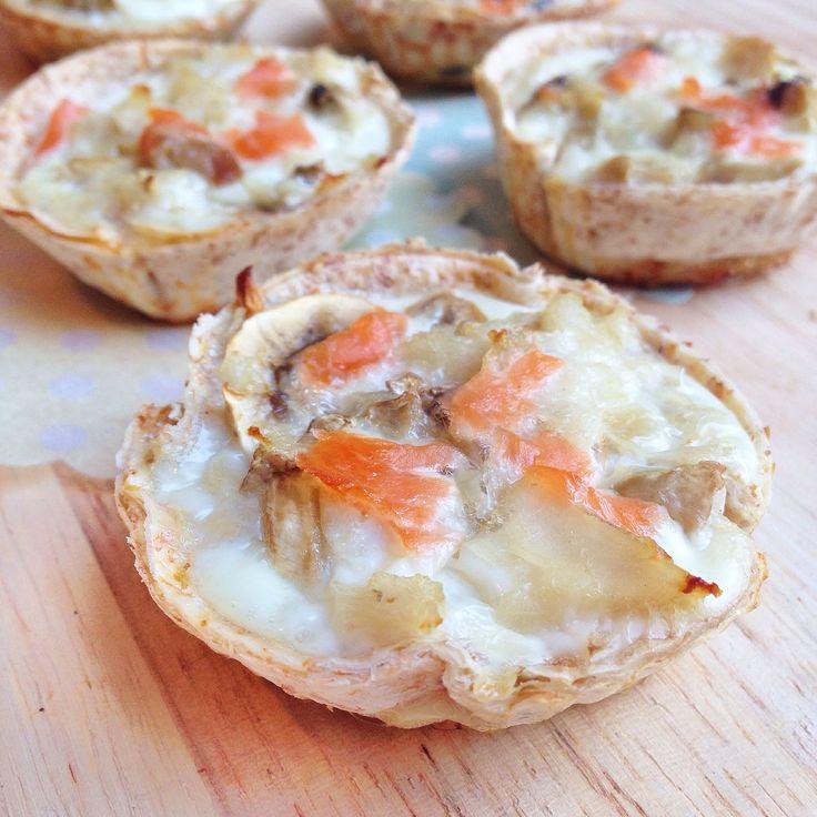 Canastilla con base de fajita integral y rellenas de atún, champiñones, clara de huevo y salmón ahumado.  Es muy fácil de hacer: se corta la fajita con un cortador de masa redondo, se coloca en un molde de magdalenas y se rellena con los ingredientes que más nos gusten, completando con clara de huevo. Para finalizar se hornea a 180 grados hasta que el huevo cuaje.