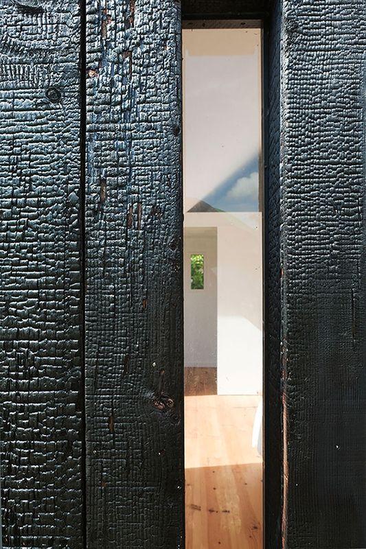 façade bois brûlé - extension bois brûlé par Niney et Marca architectes -  Ambon, France - Photo Thibault Montamat