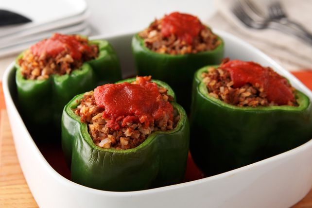 Ces poivrons verts frais sont farcis d'un mélange de bœuf haché, d'oignon et de riz et cuits jusqu'à ce qu'ils soient tendres et délicieux.