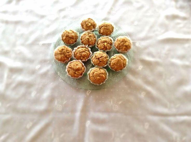 ELMALI LIGHT MUFFIN, Son derece sağlıklı, lif kaynağı muffinler büyük küçük herkesin beğenisini kazanıyor. Buğday kepeği ve tam buğday unu ile hazırlanan küçük kekler doğal olarak pekmez ve bal ile tatlandırılıyor. Elma ve tarçının harika birleşimi keklere çok hoş bir lezzet veriyor.  http://www.aylademir.com.tr/2014/06/elmali-light-muffin.html