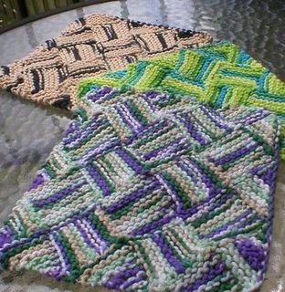 Denne klud er strikket tusindvis af gange på Ravelry. Den er en indføring i entrelac/neverkont, og når man har forstået systemet, er den ikke så svær. Kan let gøres større til fx håndklæder.