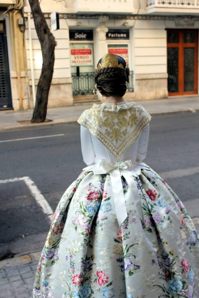 Traje de Valenciana blanco con justillo de manga larga. #falleras #fallas #valencia