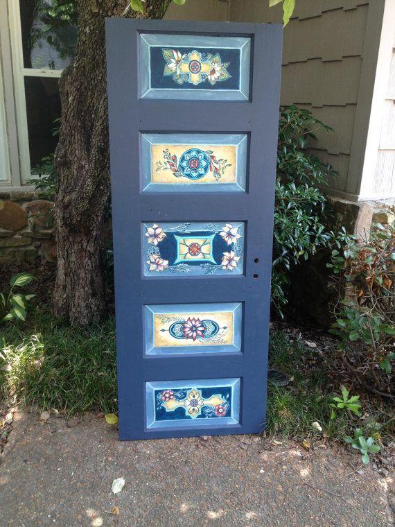 Las fotos de puertas que ves se venden pero me dejaron personalizar uno para ti!  Follow us on Facebook too- https://www.facebook.com/Nicolettes Instagram - NicolettesFinds  Puertas pueden ser personalizadas a pedido. Pedidos personalizados desde $425. Para un extra $50 puedo añadir las piernas para un cabecero. Trabajaría de cerca con usted durante todo el proceso para determinar la puerta de tamaño adecuado, color, diseños y precio de uno hecho específicamente para usted. Ten...
