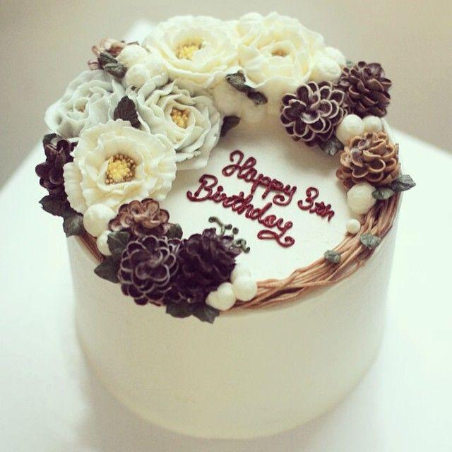 #Buttercream #flowercake #ollicake #christmas #pinecone www.ollicake.com