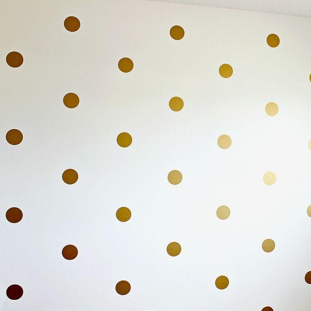 Självhäftande väggdekaler i form av runda prickar, 4 cm i diameter. En förpackning består av 40 stycken.    Färg: