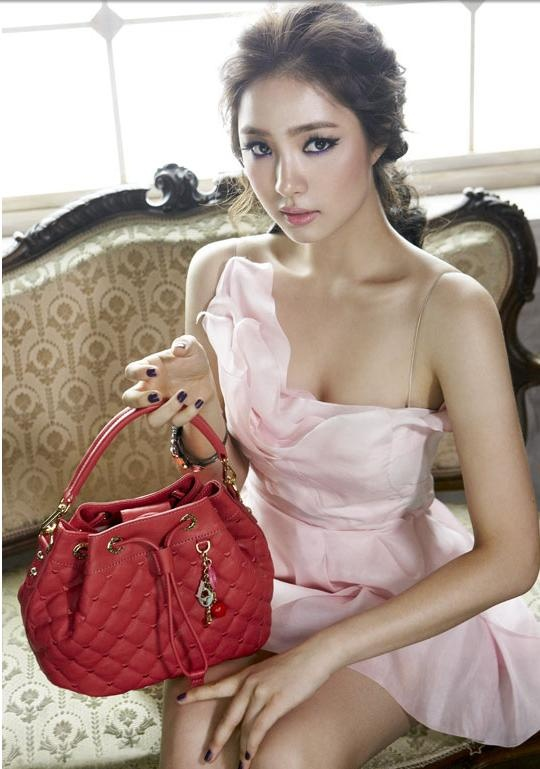 Shin Se Kyung - Everything except the nails and purse actually lol.