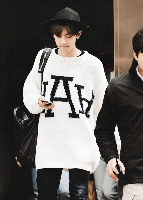 OMG HE LOOKS SO CUTE IN THAT OVERSIZED SWEATER (*´ο`*):