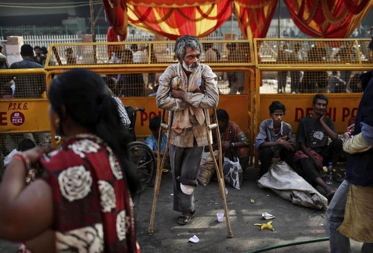 Индиец-инвалид просит милостыню возле индуистского храма в Нью-Дели, 29 мая 2012 года. (AP / Kevin Frayer)