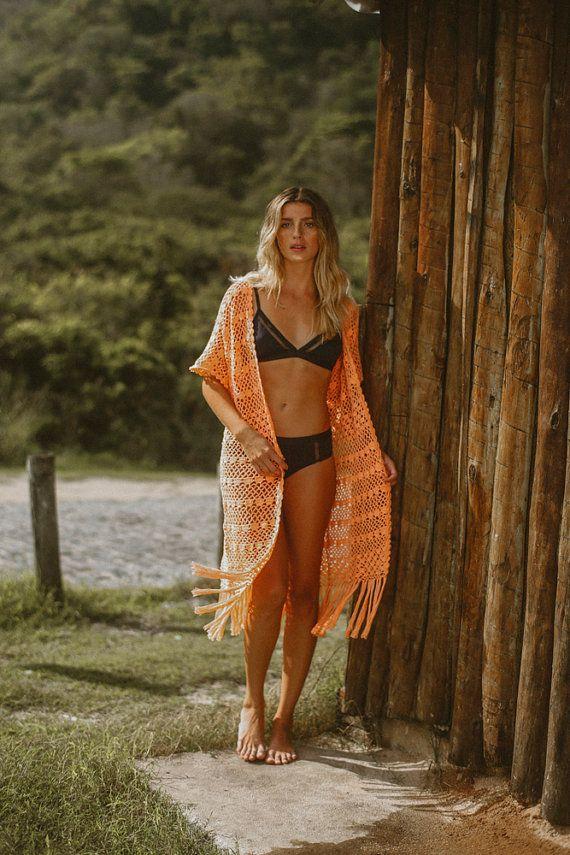 Handgemaakte perzik gehaakte rand kimono vest met korte mouwen.  Koel te houden deze zomer met deze kimono haak voor het strand. Deze sexy haak ziet er geweldig uit als cover-up voor je favoriete badpak of bikini.  --- Producttype: bedekken jurk Kleur: perzik / oranje  --- Zorg & samenstelling Buitenkant: 100% katoen  Instructies voor de verzorging Handwas doorweek niet alleen - - doen niet bleken - niet tuimelen droge - droog in schaduw - niet strijken - spoel onmiddellijk in zoet w...