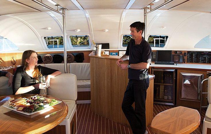 Во время круиза по озеру Ротоити вам будут предложены обед и ужин (в зависимости от продолжительности экскурсии). | Чартерный круиз по озеру Ротоити - идеальный вариант отдыха в кругу близких людей | Ahipara Luxury Travel New Zealand  #новаязеландия #достопримечательности #семейныйотдых #ротоити #роторуа #туры #гид #маршрут #круиз #яхтинг