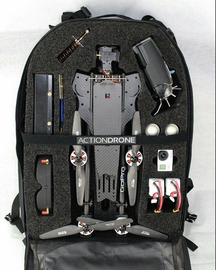 Un dron dentro de la mochila, para transportarlo fácilmente.