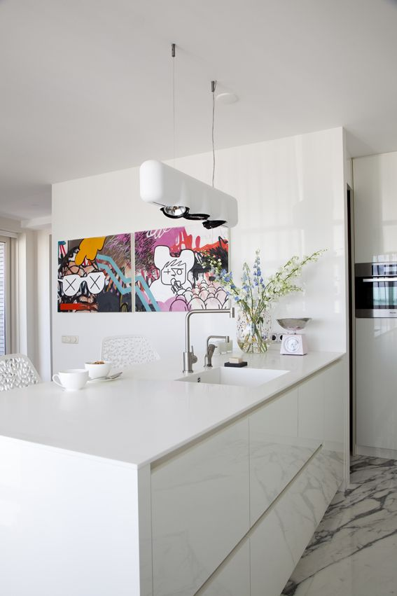 witte marmeren vloer  witte hoogglans lak keuken