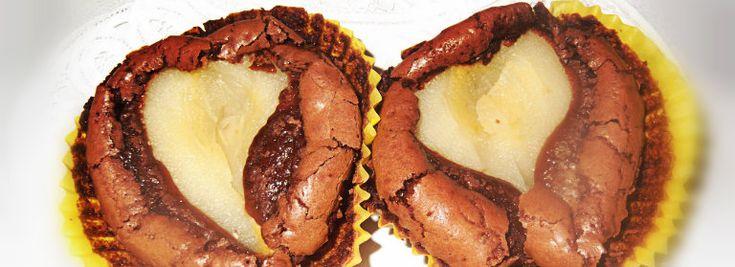 Tortino al cioccolato dal cuore di pera. Qui il tortino al #cioccolato viene presentato con una variante, la #pera, che lo rende insolito rispetto ai classici #tortini al #cioccolato. La pera, tagliata a metà e cotta in uno #sciroppo di #zucchero e #limone, viene adagiata con cura sulla #crema di cioccolato versata in piccoli stampini.