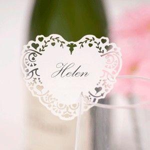 Porte nom mariage en forme de coeur en dentelle.  Ce porte nom est en dentelle de papier et se fixe sur le rebord du verre grâce à une incision. Il vous suffira d'inscrire le prénom de votre invit�...