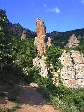 Долина привидений – #Россия #Полуостров_Крым (#RU_CR) Долина привидений - популярный туристический объект. http://ru.esosedi.org/RU/CR/141692/dolina_privideniy/