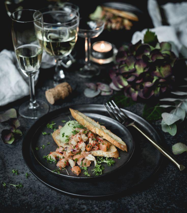 Hej! Här kommer recepten på min Nyårsmeny! Det blir en god trerätters middag med en festlig touch! Vi börjar med lax och skaldjur till förrätt, kalvfilé till huvudrätt och citronglass med...