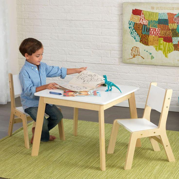 Compra aquí un conjunto de mesa para niños con dos sillas fabricado en madera de la marca KidKraft. Ideal para decorar habitaciones infantiles.