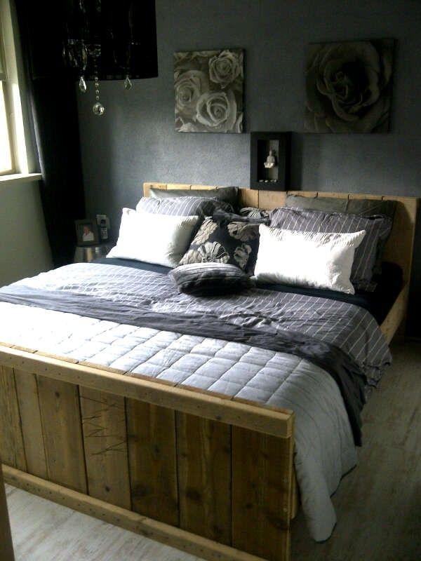 Tweepersoonsbed van steigerhout.