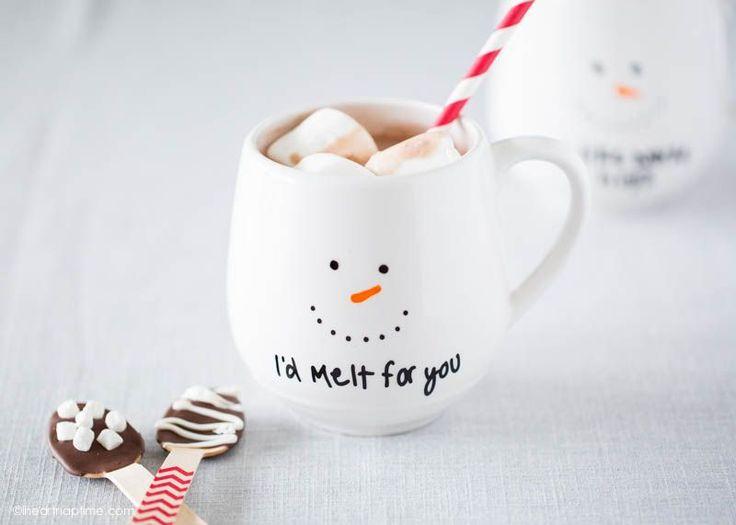 DIY mug personnalisé. Réalisez vos dessins et inscriptions, et lorsque le résultat vous plait, passez votre mug au four à 180° pendant 40 minutes.