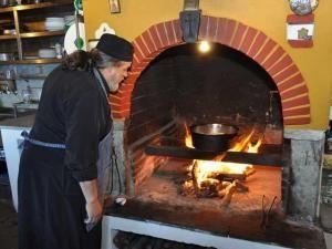 """Există, pe lângă clasicele mâncăruri tradiţionale de post (zacuscă, fasole, paste) şi un alt fel de reţete, la fel de lipsite de ingredientele """"de dulce"""", dar cu o bogată aromă şi un gust inconfundabil …acestea sunt renumitele mâncăruri mănăstireşti, pregătite cu multă răbdare şi din cele mai proaspete ingrediente. După cum bine se ştie, mănăstirile ..."""