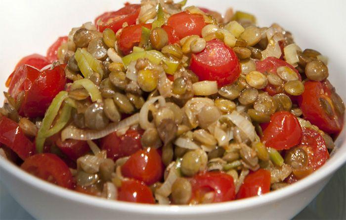 Aprenda agora como fazer salada de lentilha muito simples para você fazer na ceia de natal ou no jantar de ano novo. Como Fazer Salada de Lentilha.
