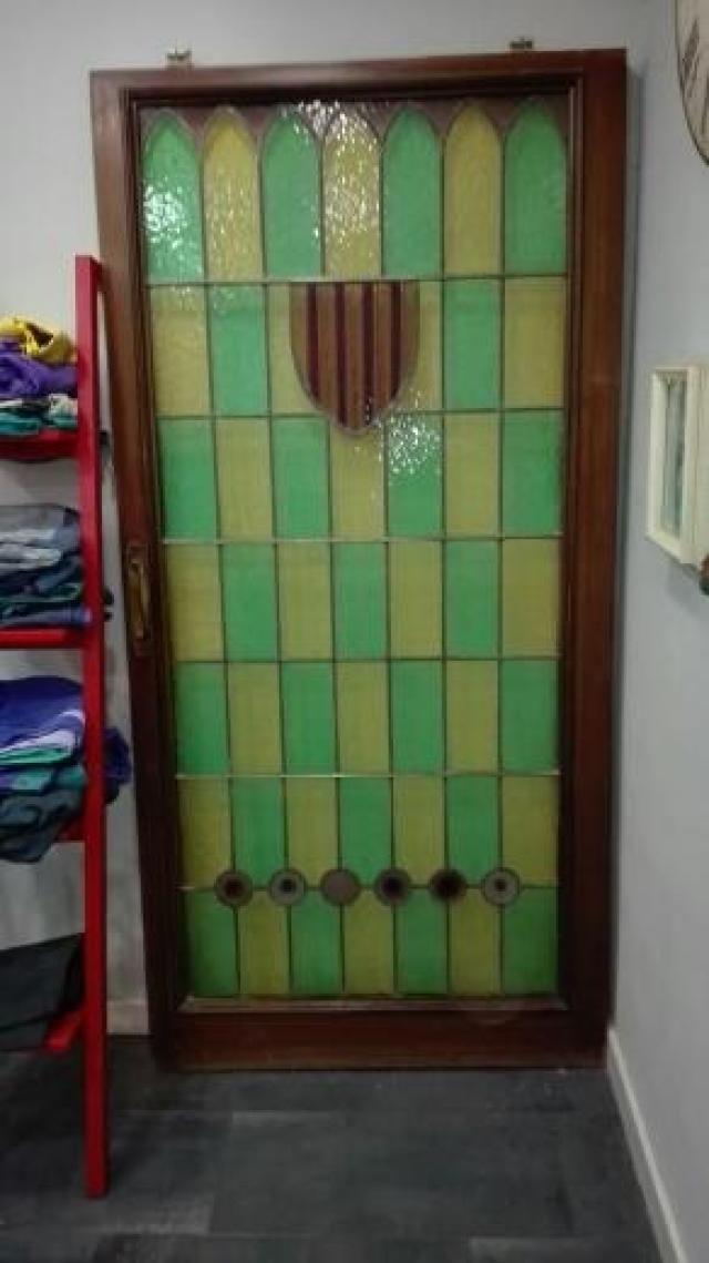 Original puerta corredera de madera maciza con cristaleras de colores en verde y amarillo y con la bandera de Cataluña - 132877800 - Muebles, Deco y Jardín