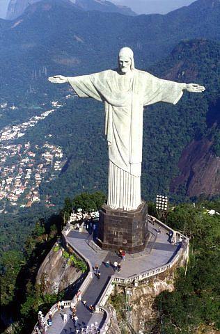 Бразилия, Рио де Жанейро, гора Корковаду, статуя Христа Искупителя, высота 38 метров.