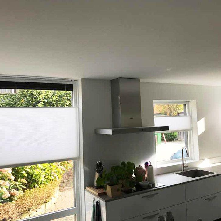 Plisse Shades in de keuken geven een moderne look, zorgen voor voldoende daglicht in huis, maar tevens voldoende privacy! bekijk ze snel: https://www.plisseshop.nl/