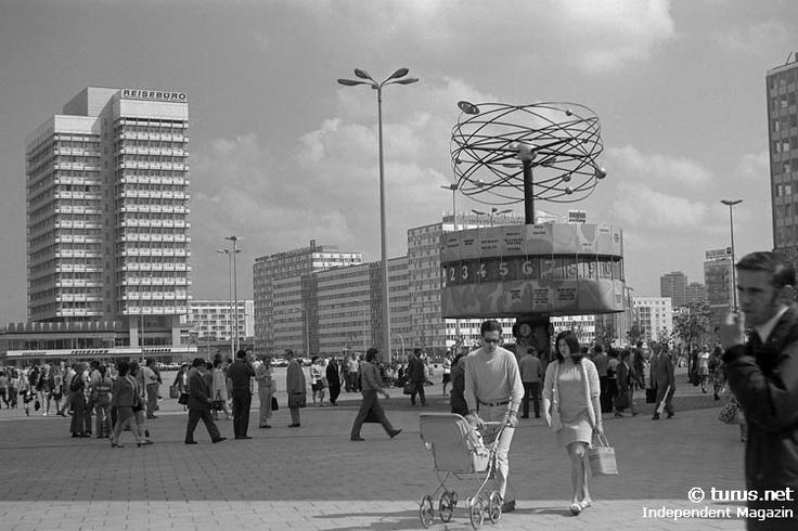 Weltzeituhr am Alexanderplatz in Ostberlin, 1970