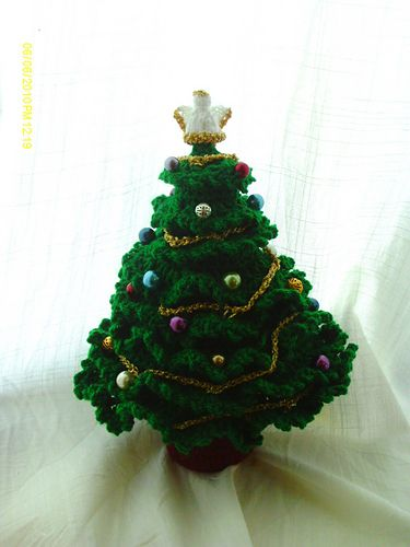 The small one is made with Dmc Petra and a 2.00mm hook. The decorations are brads which are added after. My tree measures 10cm standing. Hanging it will make it drop a little and be taller.