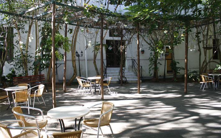 Muy cerca (500 metros) del mundialmente famoso Cabaret Tropicana se encuentra el Hotel San Alejandro. Con más de 50 años, atesora una rica historia además de atención personalizada y hospitalidad, lo cual permite a los huéspedes sentirse en casa.