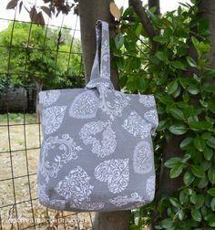 Tutorial di cucito creativo per imparare a cucire una shopper ripiegabile da tenere in borsa, sempre utile. Scopri la tecnica per foderare una borsa!