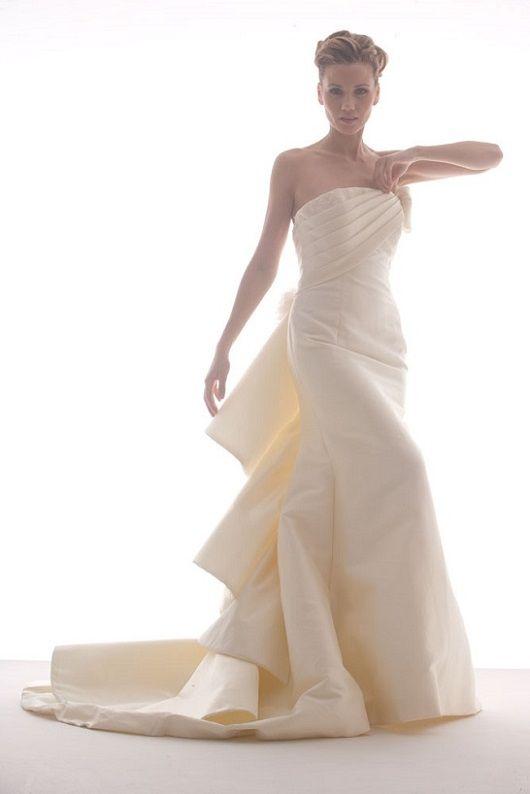 Cloche, morbida coda in scultura in mikado in seta. #marsilmodasposa #weddingdress