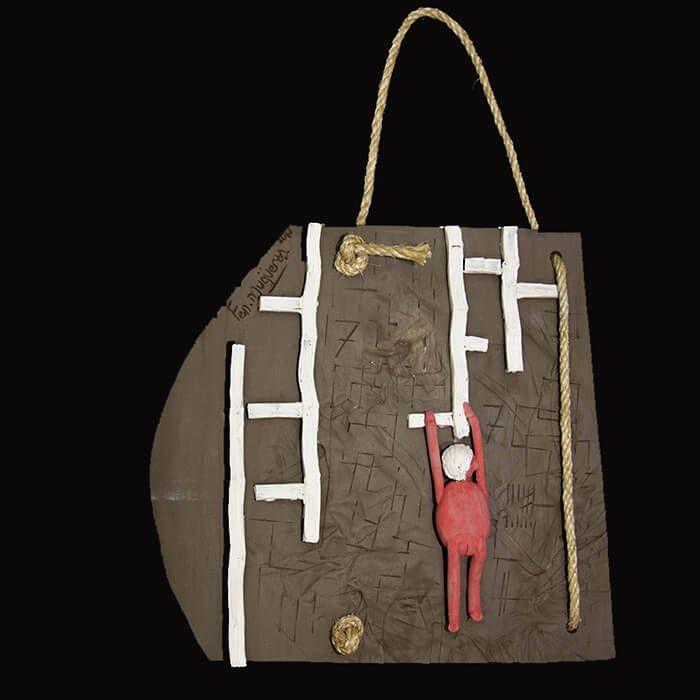 """""""Escalador"""" - Fen Mugüerza, Escultora y Ceramista. Pieza de cerámica para colgar. Realizada en arcilla negra. 60€"""