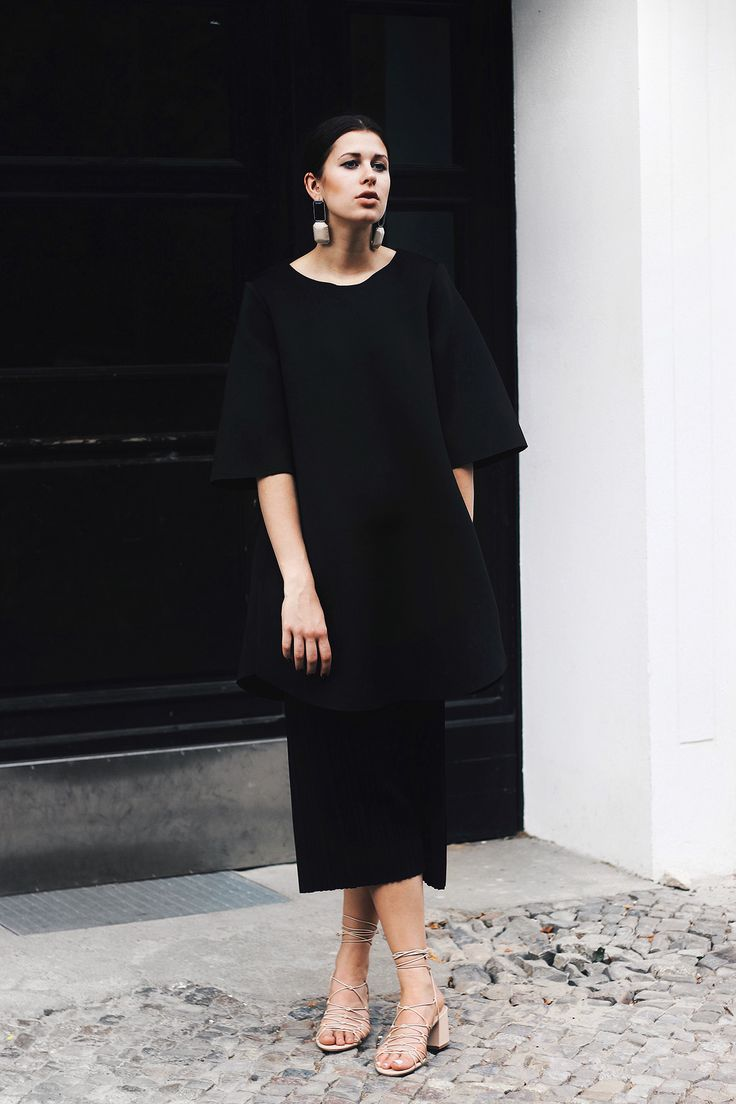 Elisa from http://www.schwarzersamt.com is wearing the jewellery trend: Statement Earrings with H&M Earrings, COS dress, SHEIN pants, nude MANGO sandals and sleek hair. It's a clean and chic blogger streetstyle look in black and nude.