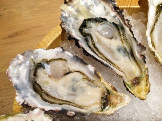 2月10日のNHKためしてガッテンでは「牡蠣」が特集されました! 加熱用牡蠣を使いおいしく安全に食べる方法として牡蠣ペースト&牡蠣の唐揚げ&牡蠣鍋&蒸し焼きの作り方が放送されました! 番組に登場したおいしいレシピや安全な加熱方法をご紹介します♪  牡蠣を食中毒の心配なく食べるには!? 牡蠣は中心部を85~90度で90秒加熱するとノロウイルスの危険性がなくなります。 しかしそれだけしっかりと加熱すると牡蠣はとても小さくなってしまい、ぷりぷり感も半減してしまいます。 牡蠣は生食用と加熱用では育てている海の環境が少し違い、加熱用の方がうまみが強いんです。 さらにタウリンが1.4倍、亜鉛が2.3倍含まれています。 それに比べ生食用の牡蠣は水分が多いため、鍋などに生食用を使うと身が縮んでしまう原因になってしまうんです。 安心して食べられるカキ鍋レシピ! ではガッテンで放送された加熱用の牡蠣を使って安心においしく食べられる牡蠣鍋レシピをご紹介します! まず使うのは「加熱用の牡蠣」です。 ポイントは ・色が黄みがかったもの ・貝柱の下が盛り上がった物 がおいしい牡蠣です。 <材料>…