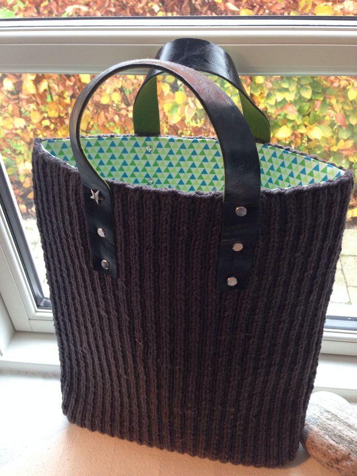 Strikket taske med remme af sort læder m bagside i filt. Taskefoer i bomuld. Taskesøm i bunden.