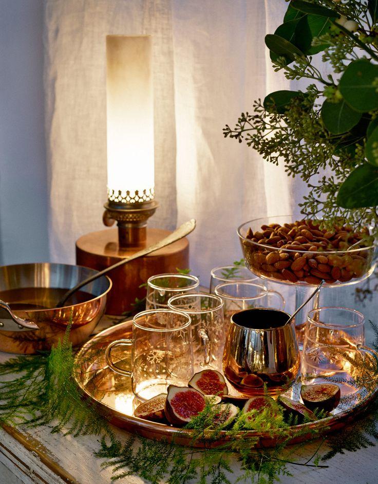 Duka med koppardetaljer och blommor till advent - Sköna hem