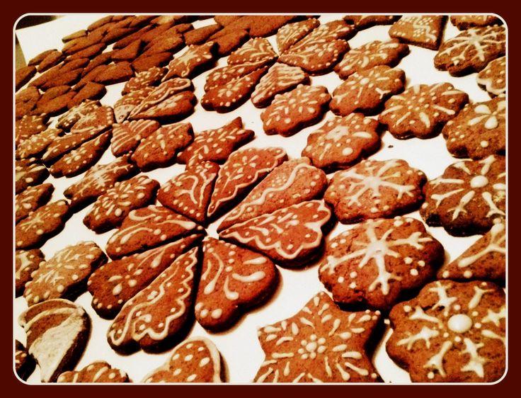 Uwielbiam to gdy w całym domu pachnie świątecznymi pierniczkami... Mój rodzinny przepis na pierniczki ze zdjęcia: 9 szklanek mąki (1,5 kg), 3 szklanki cukru, 0,5 kg miodu, 4 jajka, 100 gram masła, 10 gram zmielonego ziela angielskiego, paczka zmielonych goździków, 2 opakowania przyprawy do piernika, 5 łyżek kakao, 2 łyżeczki sody oczyszczonej, 1 szklanka mleka gdyby ciasto było zbyt gęste.  (ciąg dalszy w komentarzu poniżej)