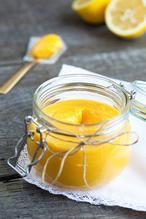 LEMON CURD  Friszure lemon curd naar Engels recept. Lekker voor op een scone of om als basis voor een toetje te gebruiken. Klaar in 20 minuten.  Recept onder de knop BRON
