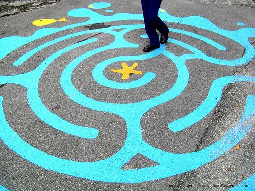 Doolhof/labyrint op het schoolplein geverfd