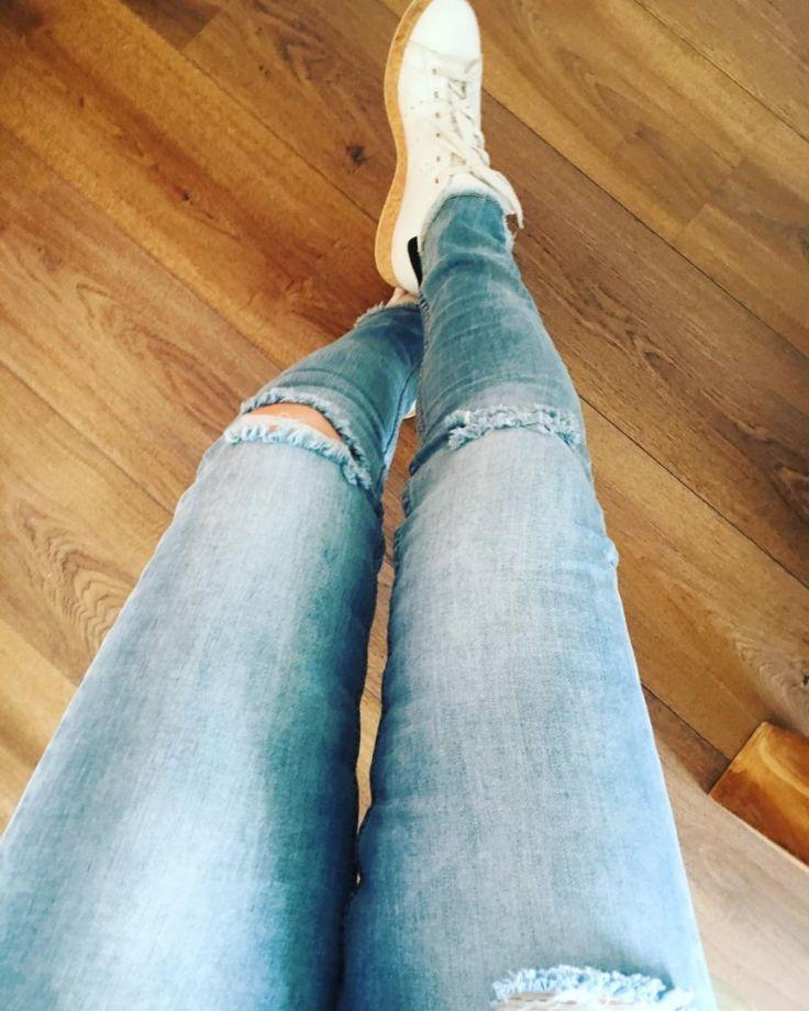 Het meest populaire en veelzijdige kledingstuk?  Daar hoeven we niet lang over na te denken. Dat is natuurlijk de jeans!  Geen ander kledingstuk kan op zoveel manieren gedragen en gecombineerd worden. Vlot met een sweatshirt en sneakers, romantisch met een kanten topje en ballerina's of chic met een blouse en high heels: een spijkerbroek is gewoon perfect, altijd en overal!