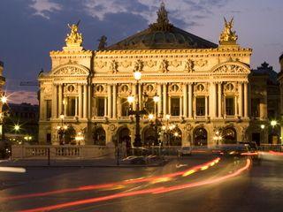Soirée à l'opéra Garnier De la soie, du taffetas, des tutus et du marbre à n'en plus finir… Un opéra ou un ballet au palais Garnier est un festival de costumes, de décors et de talent de mise en scène. Pour faire durer le plaisir après la tombée du rideau, direction l'Opéra Restaurant, au décor somptueux lui aussi, pour plonger sa fourchette dans la cuisine audacieuse de Christophe Aribert et Yann Tanneau.