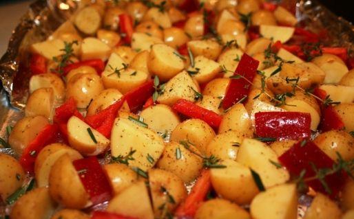 Patate al forno con peperoni e olive