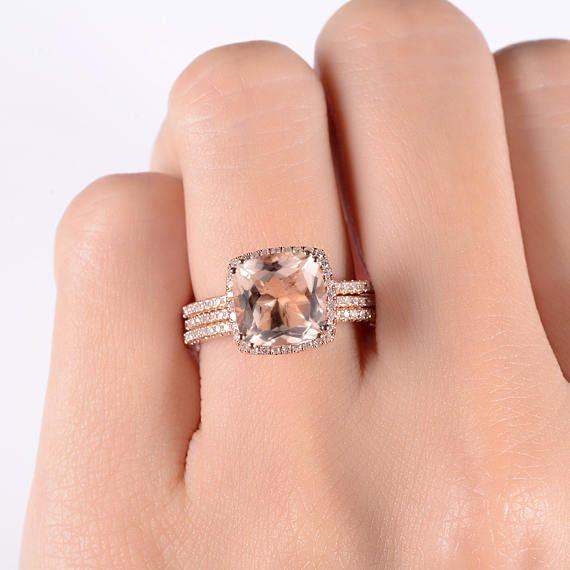 Kussen gesneden Morganite verlovingsring Rose Gold Halo Bridal Wedding Ring Set Diamond helft eeuwigheid Band verjaardag minimalistische dunne 3st OBJECTGEGEVENS: Metalen Type: Massief 14K Rose Gold Bandbreedte: 1.2mm Grootte: US4-9 Grootste steen: 9mm natuurlijke Morganite Gewicht: 3.19CT Kleur: Peachy Kant Planetaire Stone: Natuurlijke diamant Gewicht: 0.421CT Cut: Ronde knippen Duidelijkheid: SI-VS Kleur: G-H √ AANGEPASTE √ LAYAWAY √ GRAVURE √ GESCHENKVERPAKKING Al onze juwelen zijn ...