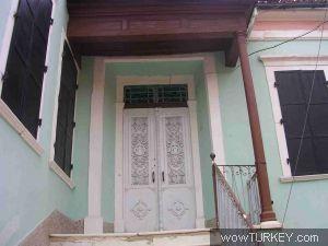 Manisa - Kula Tipik Rum evi kapısı; üzerinde kişilerin ne iş ile uğraştığı, semboller ile  gösteriliyordu. Terzi  makas, denizci çapa, din ile uğraşan melek sembolleri gibi...