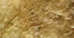 Cómo instalar aislante de fibra de vidrio sobre un techo antes de colocar placas de yeso. Al terminar una habitación como un sótano, es importante aislar el techo de forma correcta antes de instalar la superficie de placa de yeso del techo. Un techo aislado de manera adecuada proporcionará una barrera para la pérdida de calor y limitará la transmisión de ruido entre los pisos. El aislante de fibra de vidrio, por lo general vendido en ...